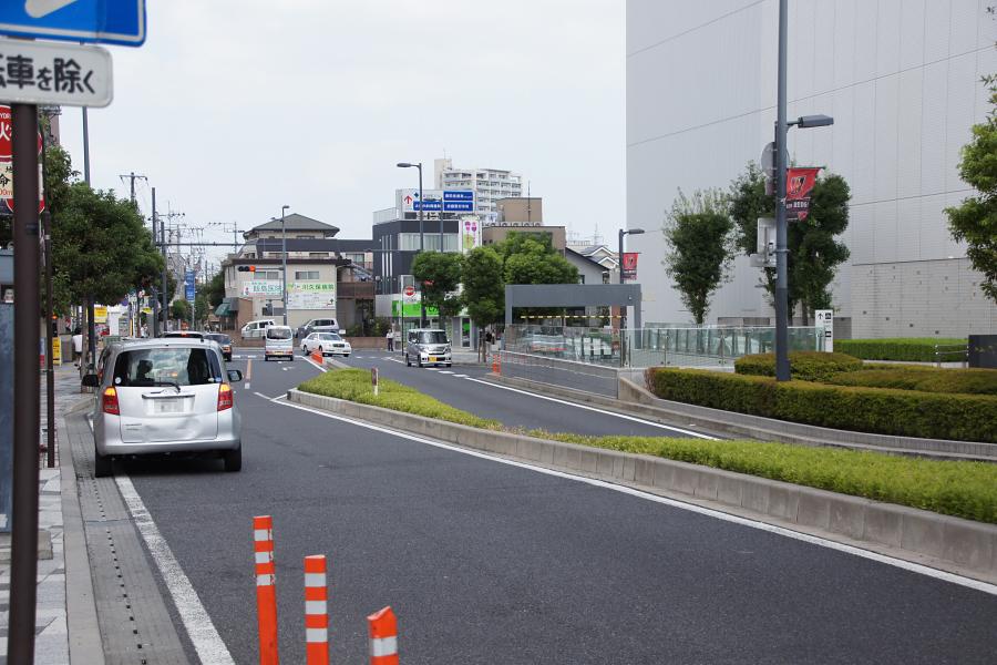 土曜日の駅前でも車の通りは少なく、交通の便はとても良さそう。