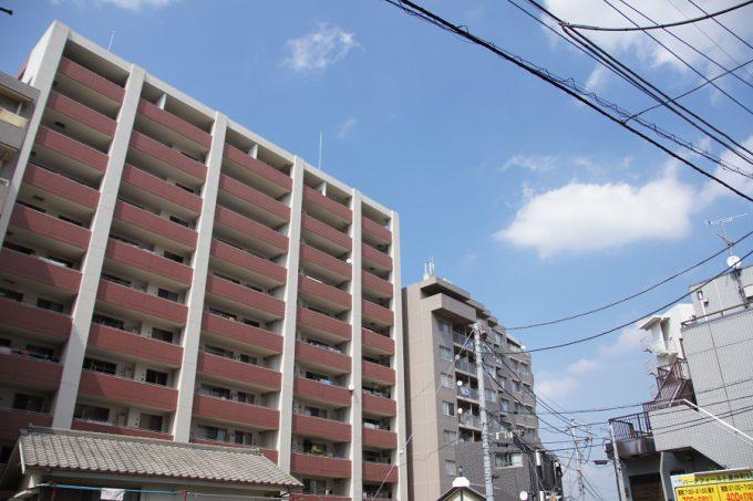 線路沿いに商店街を進んでいくと、やがて大きなマンションが林立するあたりに出る。