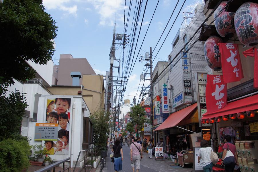 あちこちに点在する路地の一角。小さな商店から居酒屋まで色々な店舗が立ち並ぶ