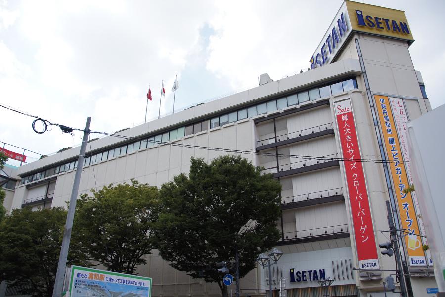 駅正面に大きく構える伊勢丹百貨店。人の足も自然と集まる。
