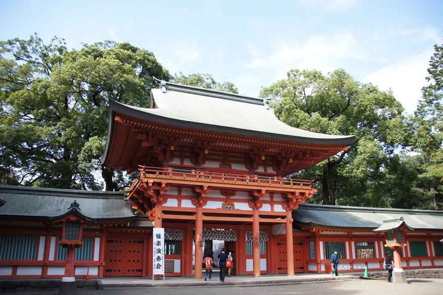 氷川神社山門。山門をくぐる時はいつも身が引き締まる思いがします。
