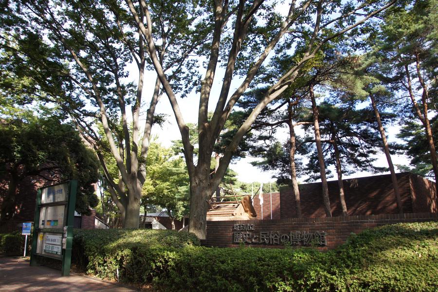 緑地公園内にある、緑に囲まれた博物館です。