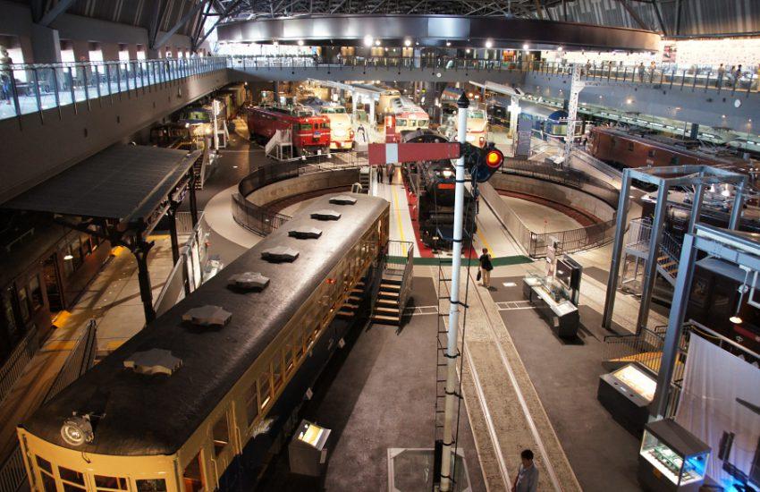 2階からの眺め。2階には鉄道の歴史が学べるウォークスルーなどがあり、熱心に読みふける人の姿も。