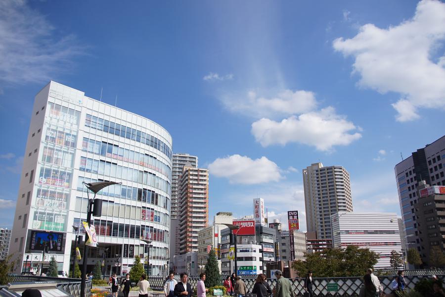 ビジネスマンや学生さんの姿が目立つ駅前の広場。