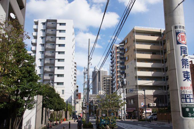たくさんのマンションが並ぶ町並み。商店街も活気があります。