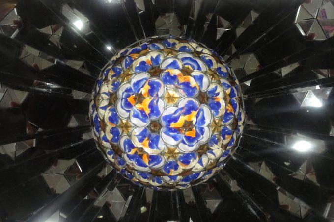 まるで宇宙空間に浮かぶ惑星のような万華鏡。平面的ではなく、球体に見える不思議な万華鏡です。