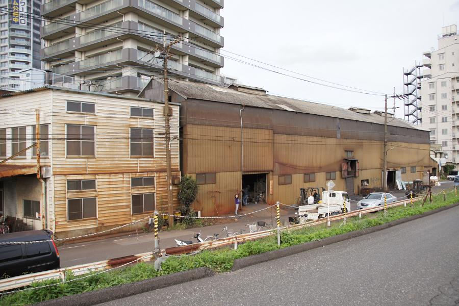 錆びたトタン作りの工場からは昭和の香りが。