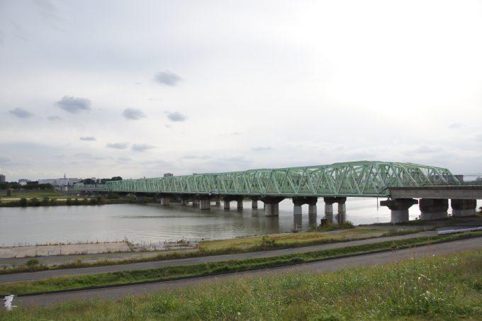 電車の鉄橋を眺めながら、しばし休憩。