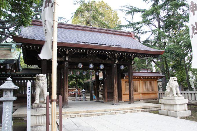 川口神社山門。子供達がかくれんぼや鬼ごっこをして遊んでいました。