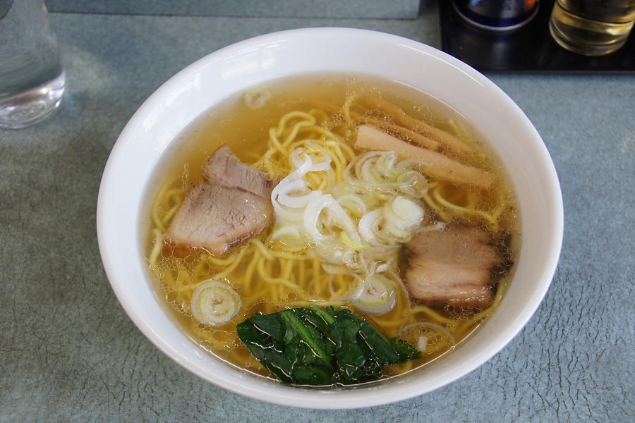 スープを一口飲んでまた驚き! その透明感からは想像もできないほどコクがあり、しかも塩辛さがありません。改めて塩ラーメンの奥深さを実感。