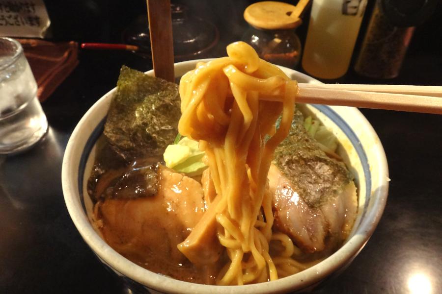 豚骨ラーメンというと獣脂臭さが鼻についたりしますが、このスープにはそれが全くありません。